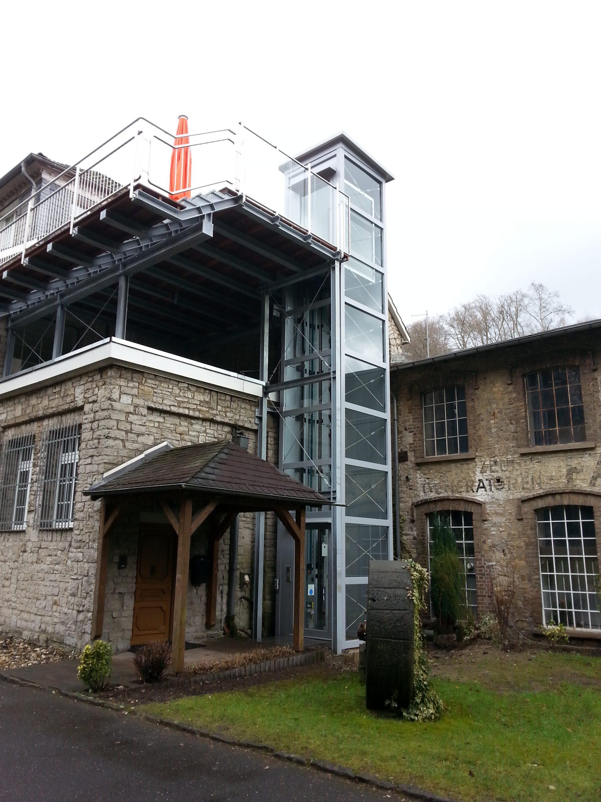 Bei Renovierungen von sehr alten Häusern lassen sich auch Außenaufzüge einplanen