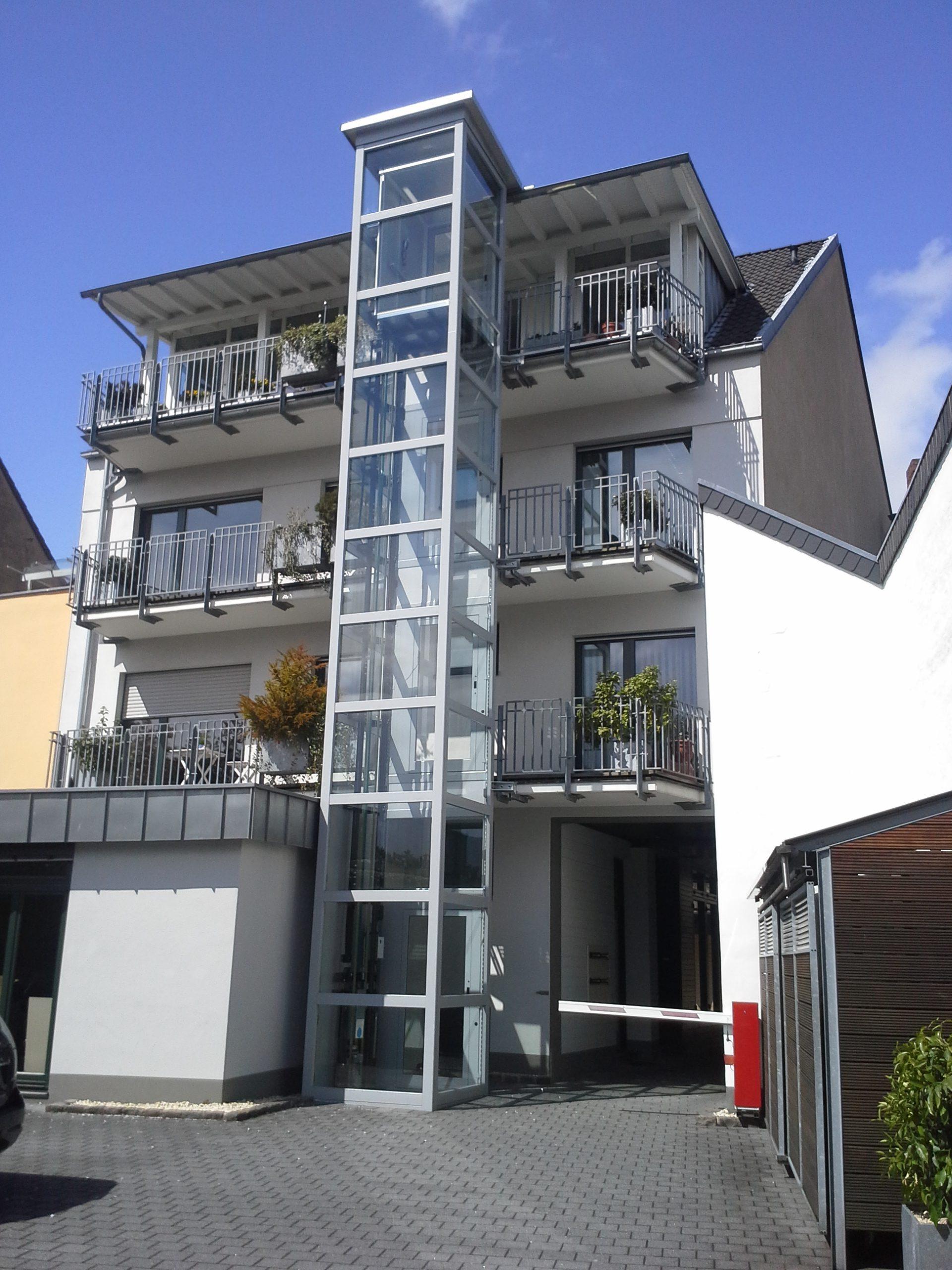 Außenaufzug Homelift aus Glas vor Balkonen
