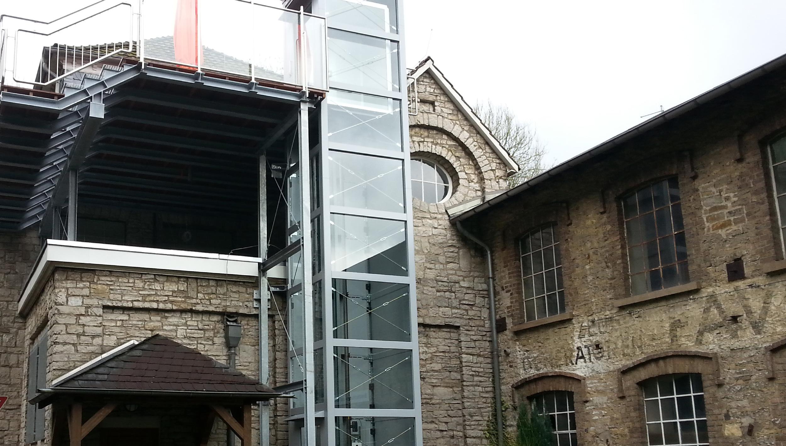 Alte Gebäude saniert vom Architekten mit Glasaufzug dazu