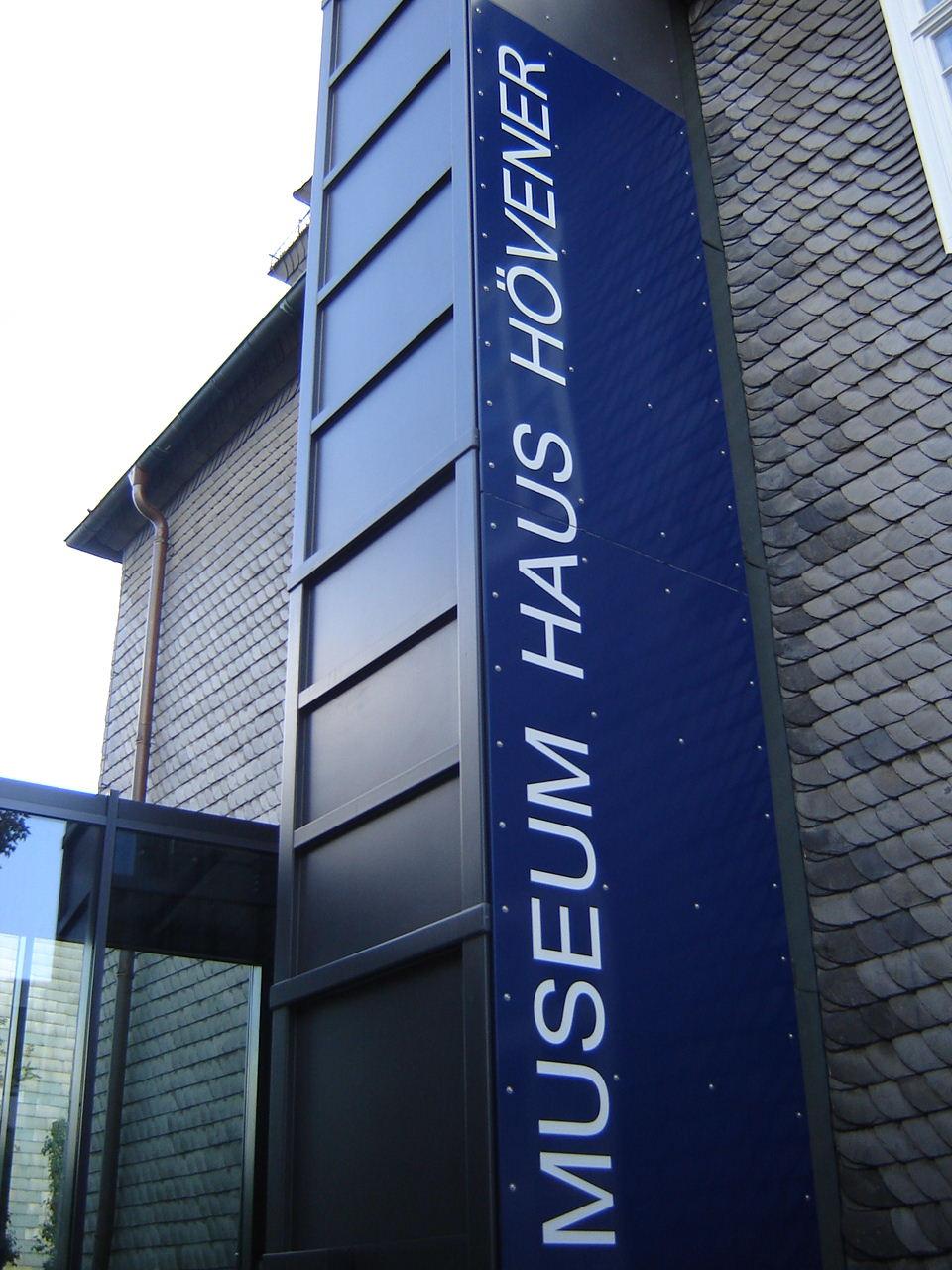 Die Außenfläche des Außenaufzugs dient zur Werbung für ein Museum