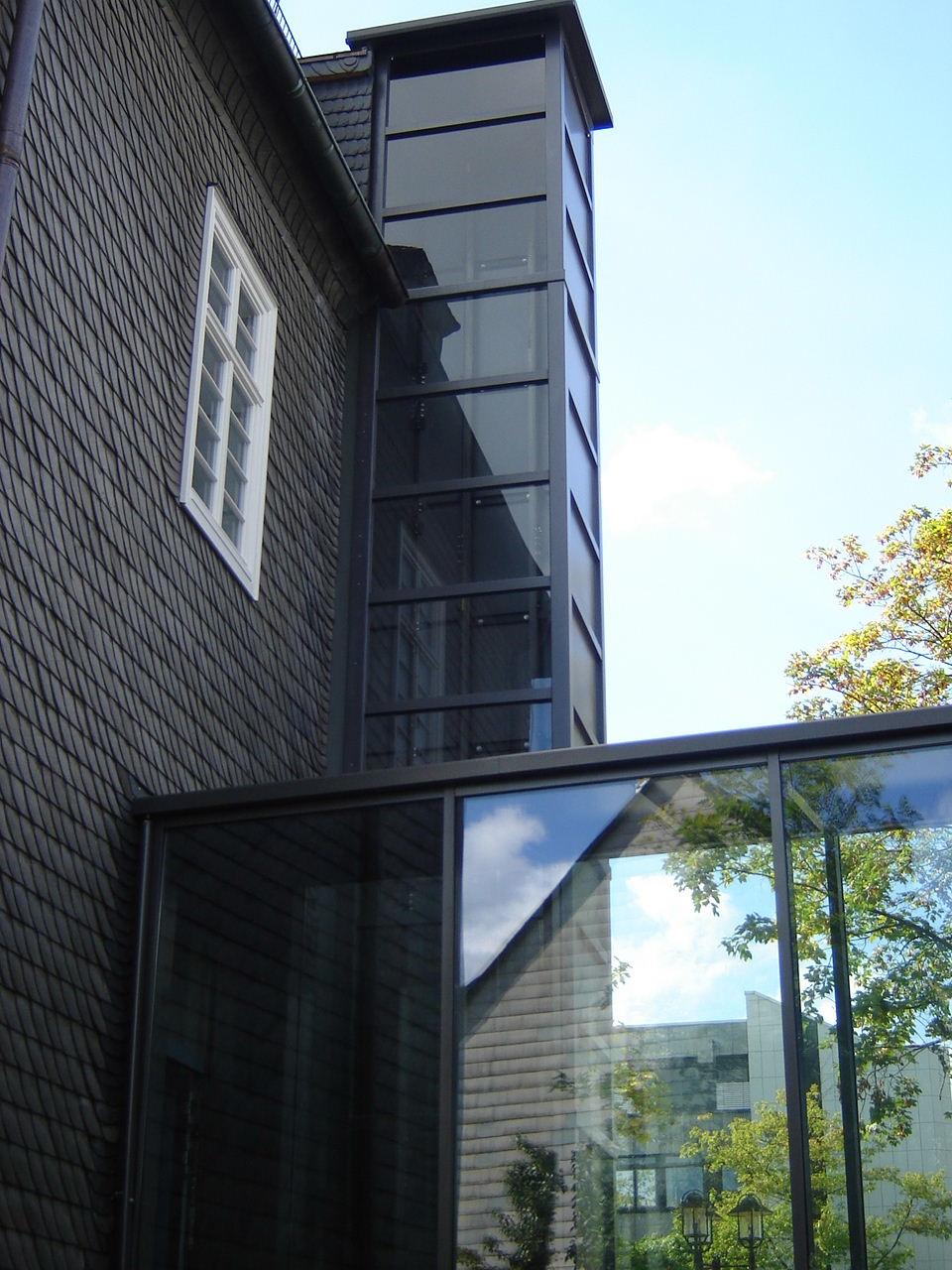 Der schwarze gläserne Aufzug passt auch perfekt zu alten Häusern