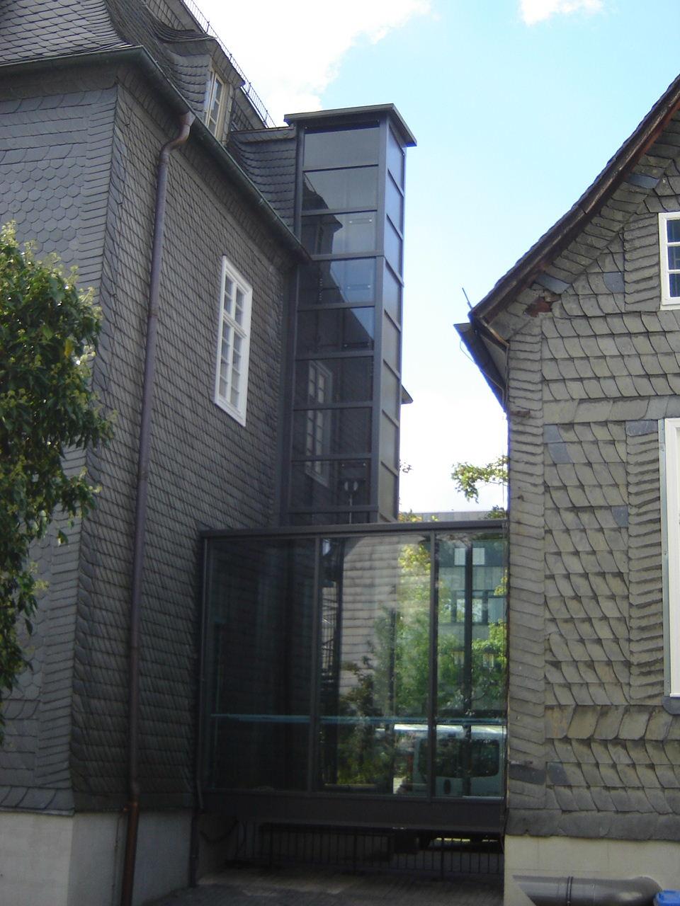 Aufzug perfekt eingepasst zwischen zwei Häusern