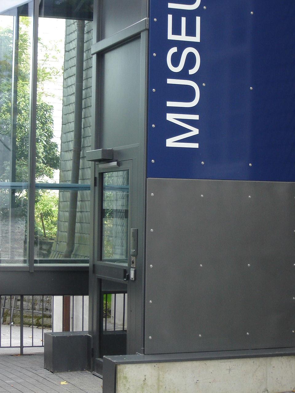Außenaufzug Museum mit Schriftzug Museum