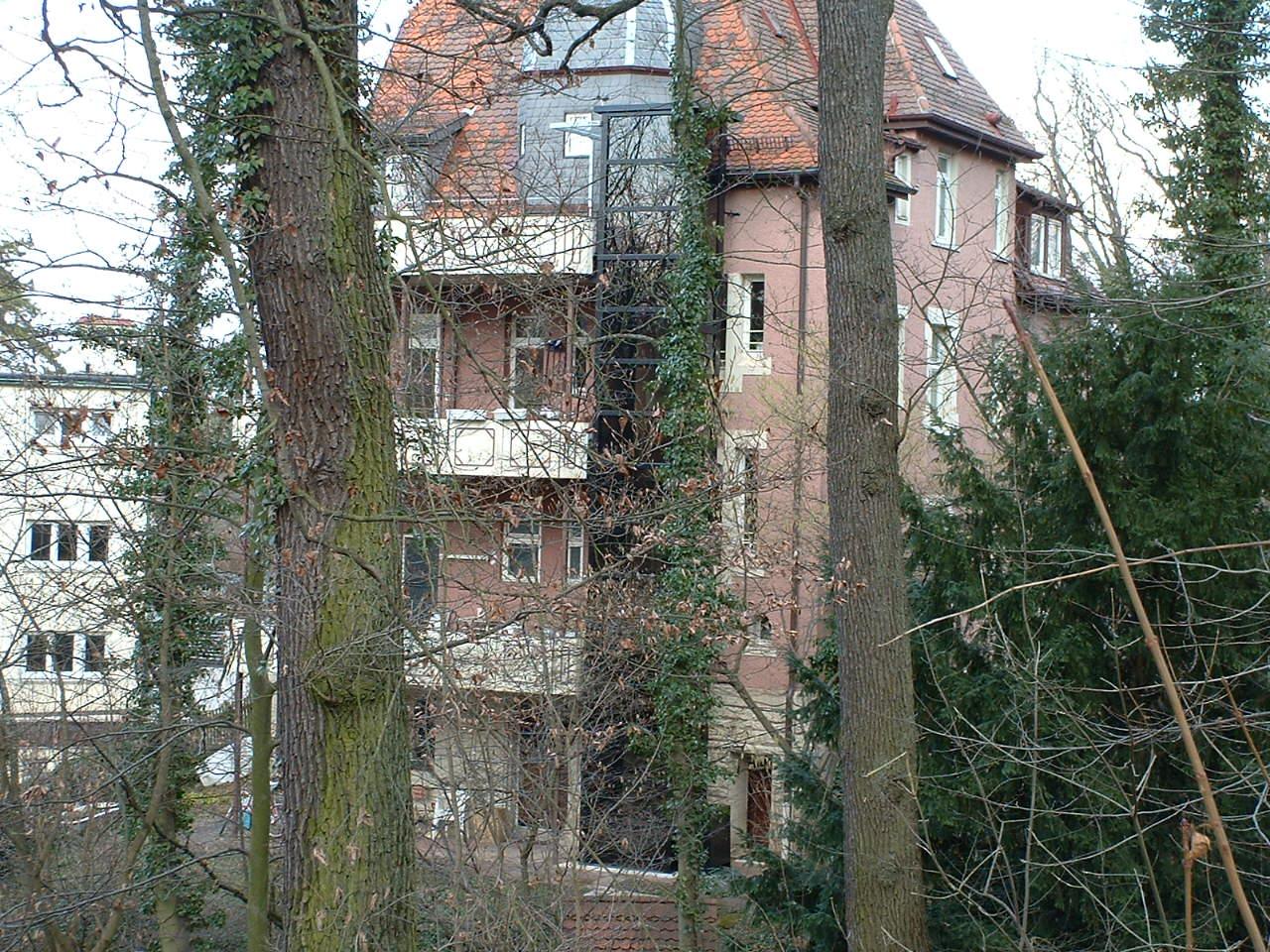 Homelift außen an Altbau neben Balkonen