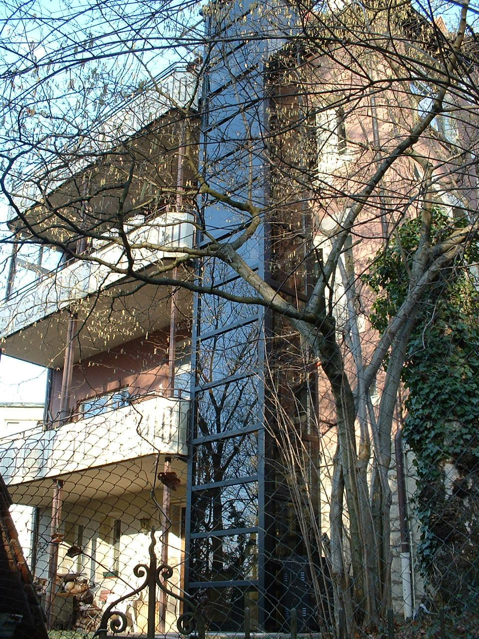Außenaufzug aus Glas an mehrstöckigem Gebäude