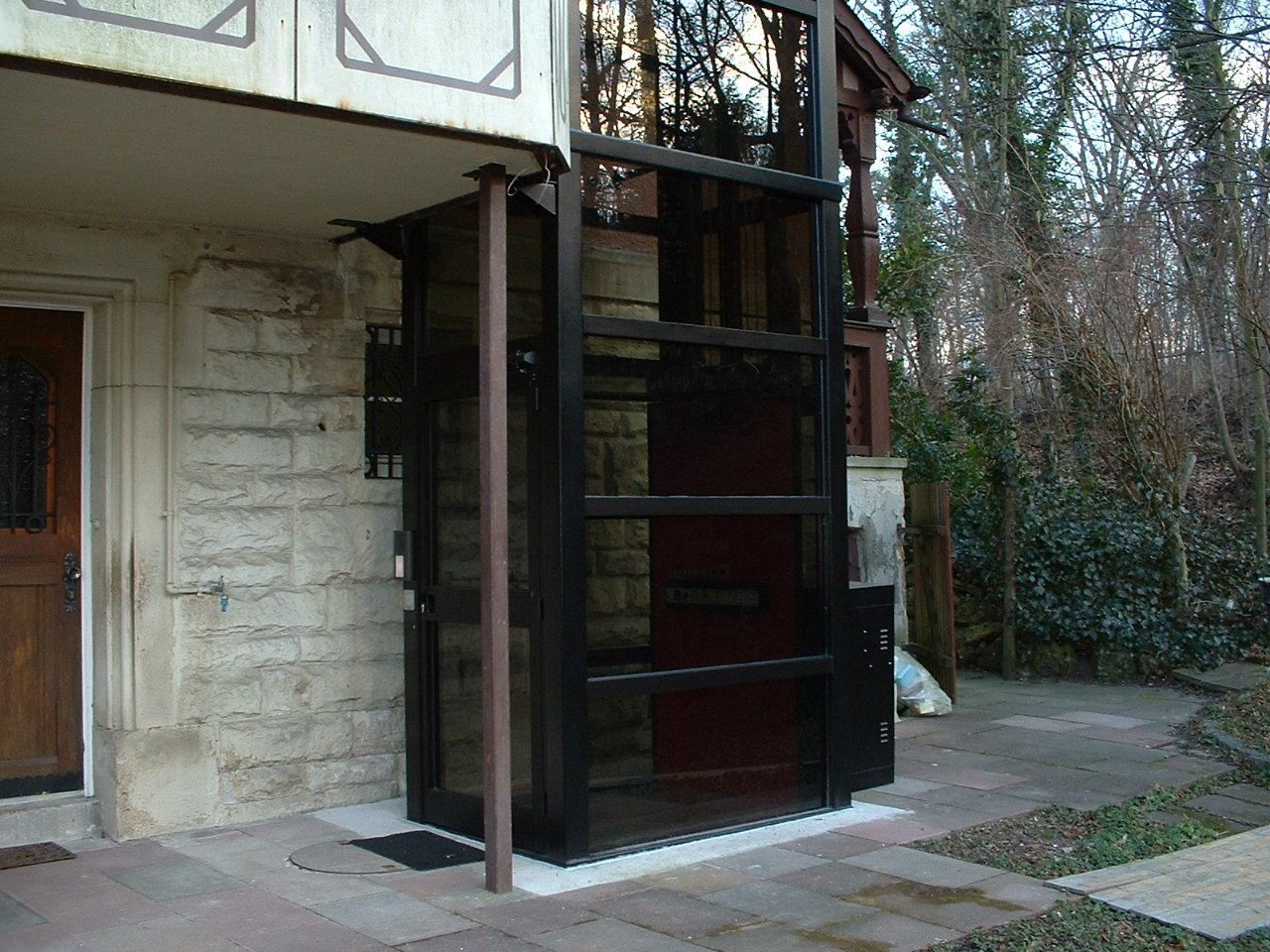 Zugang zu einem Aufzug außen neben dem Hauseingang