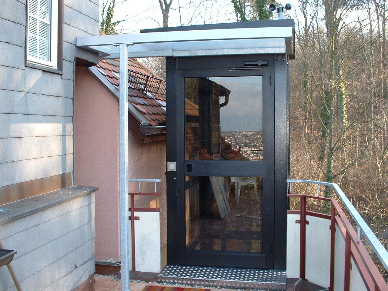 Zugang zum Aufzug außen über eine Dachterrasse