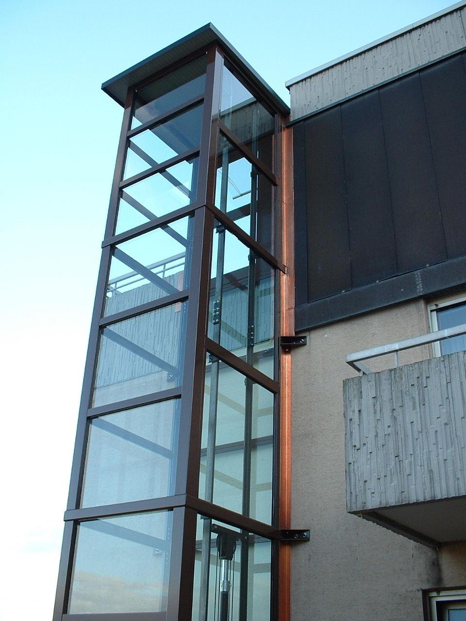 Gläserner Aufzug schwarz außen