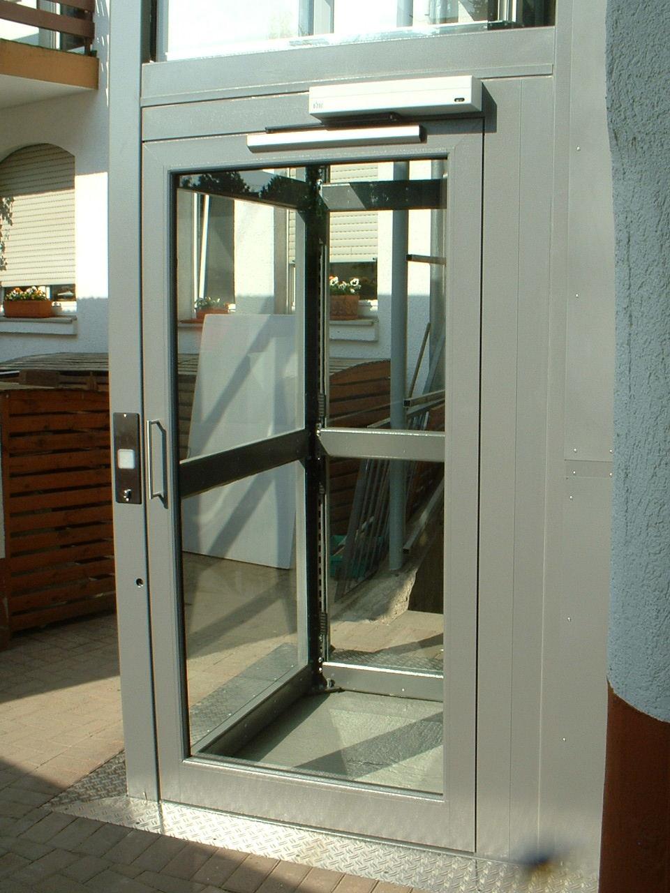 Zugang zum Außenaufzug