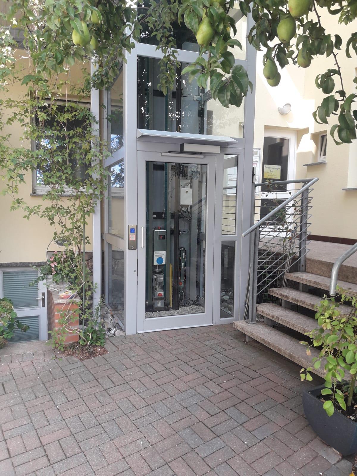 Außen-Glas-Lift im grünen Innenhof