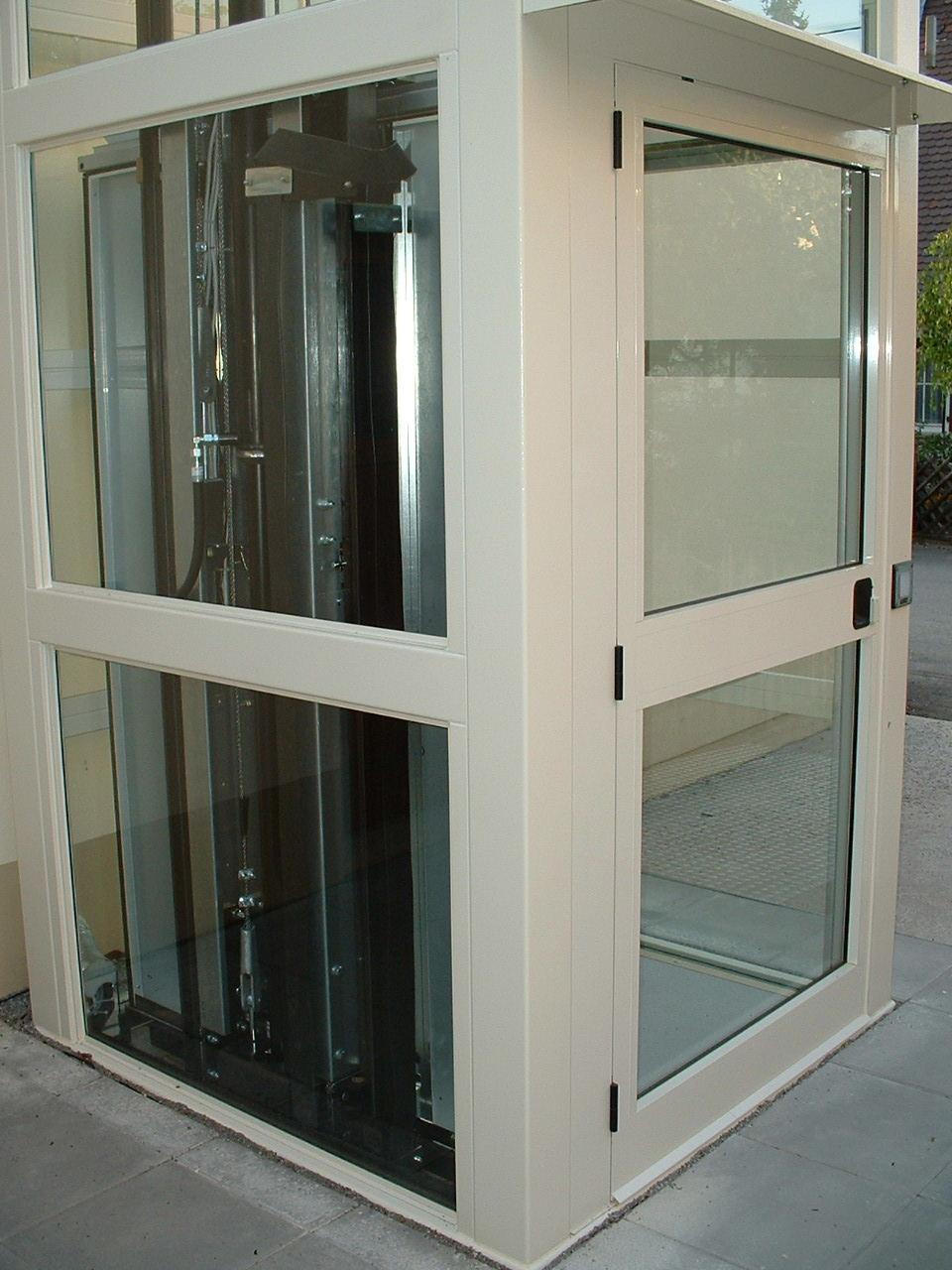 Außenaufzug aus Glas mit Technikdetails