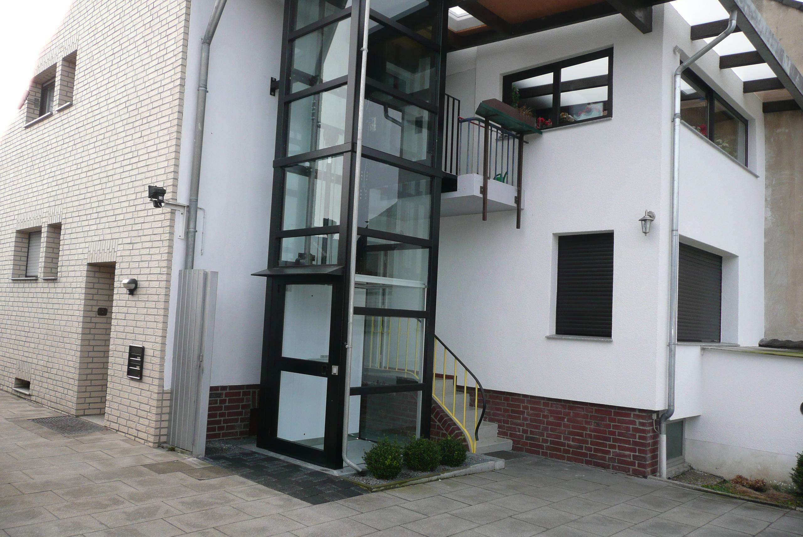 Aufzug fügt sich gelungen ins Gesamtbild des Hauses ein