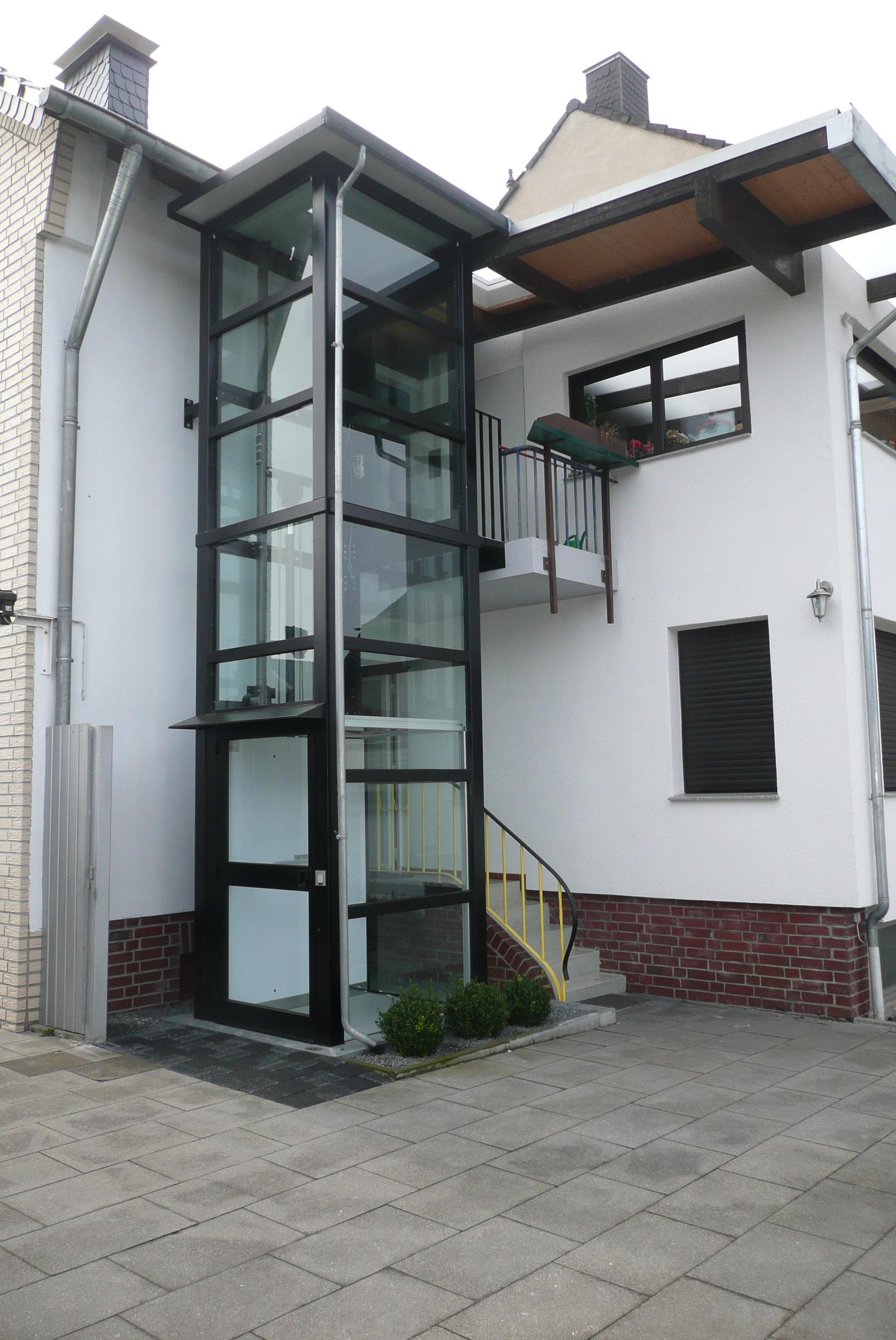 Eingang und Außenaufzug nebeneinander