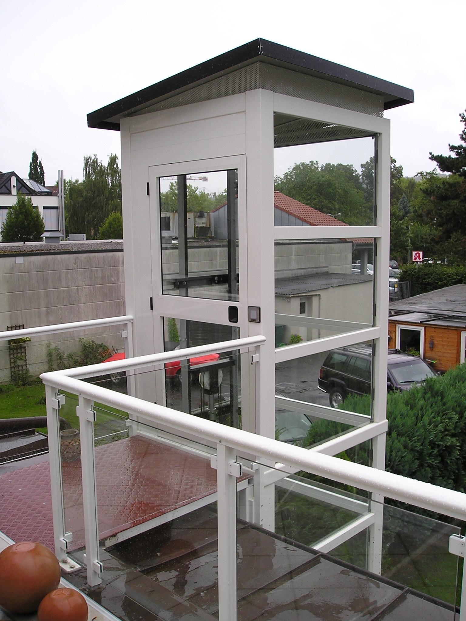 Ausgang vom Aufzug auf Balkon über Rampe