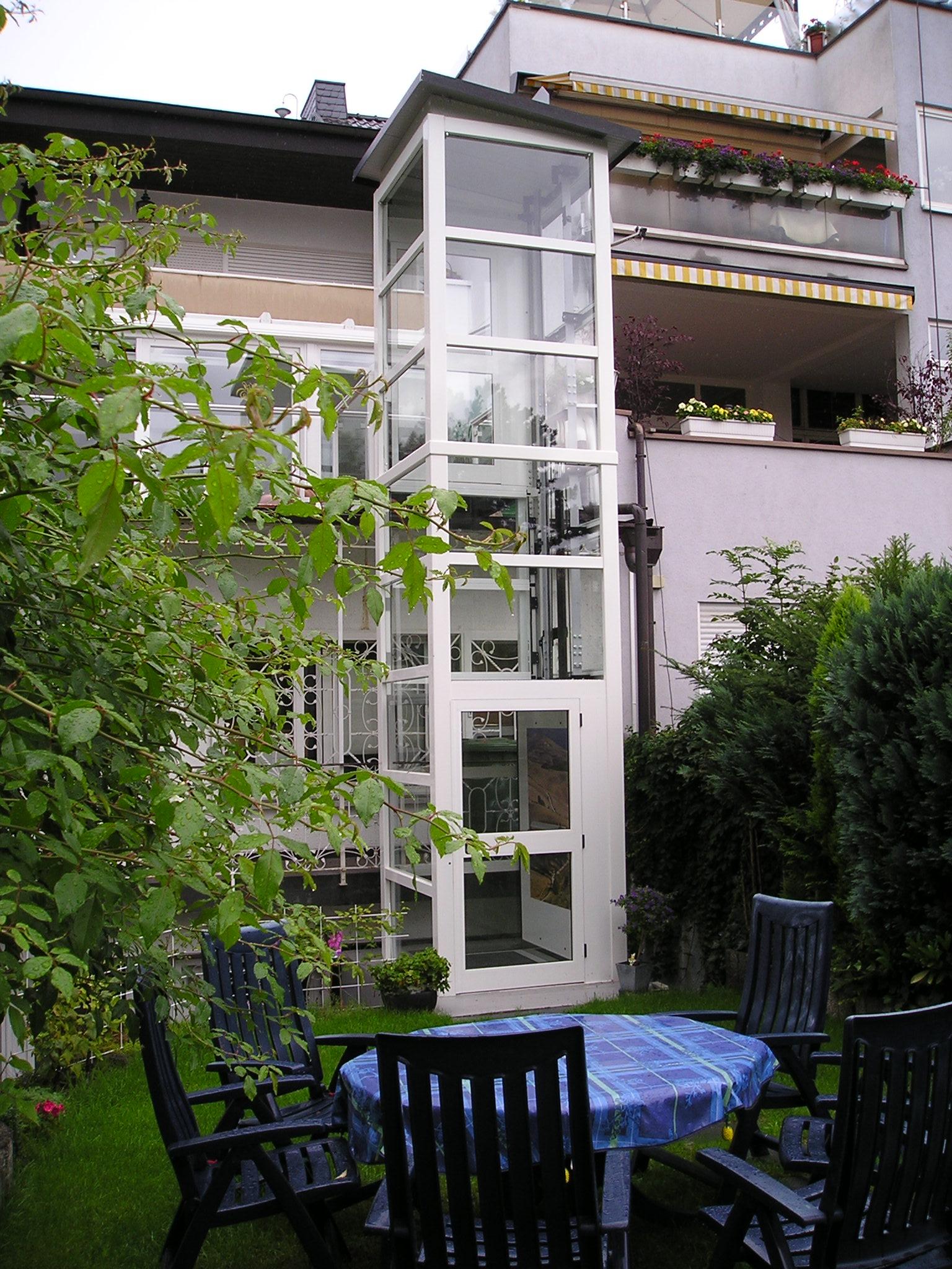 Glasaufzug mit Zugang vom Garten