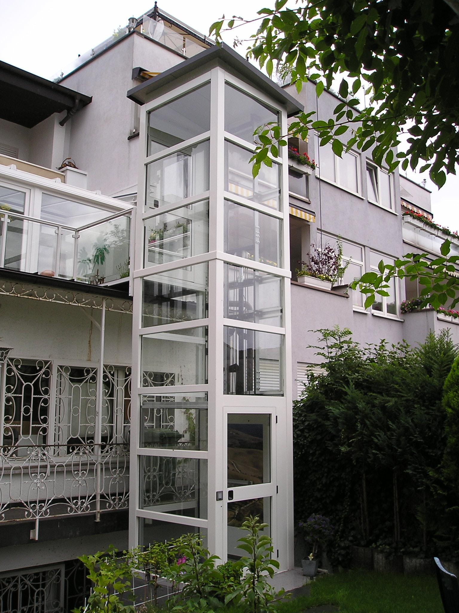 Aufzug weiß und Glas an Balkone gebaut