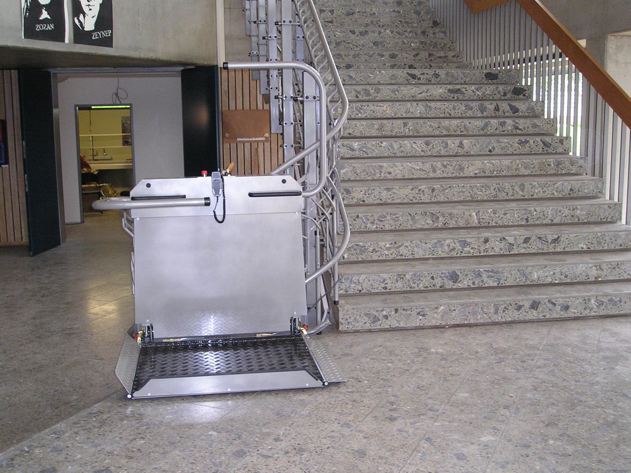Plattformlift am Fuß einer Eingangshalle eines öffentlichen Gebäudes
