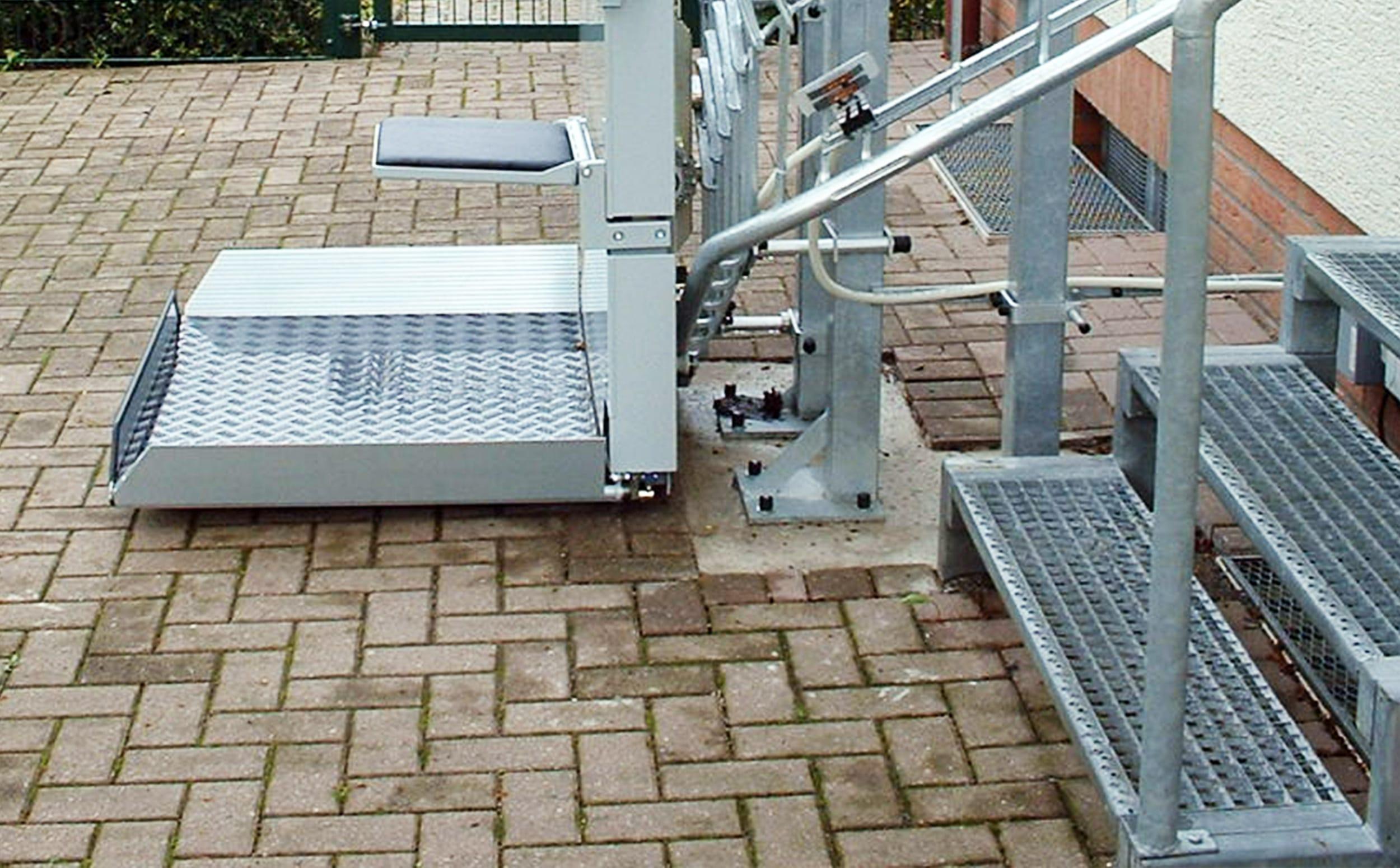 Plattformlift mit ausgeklapptem Sitz unten