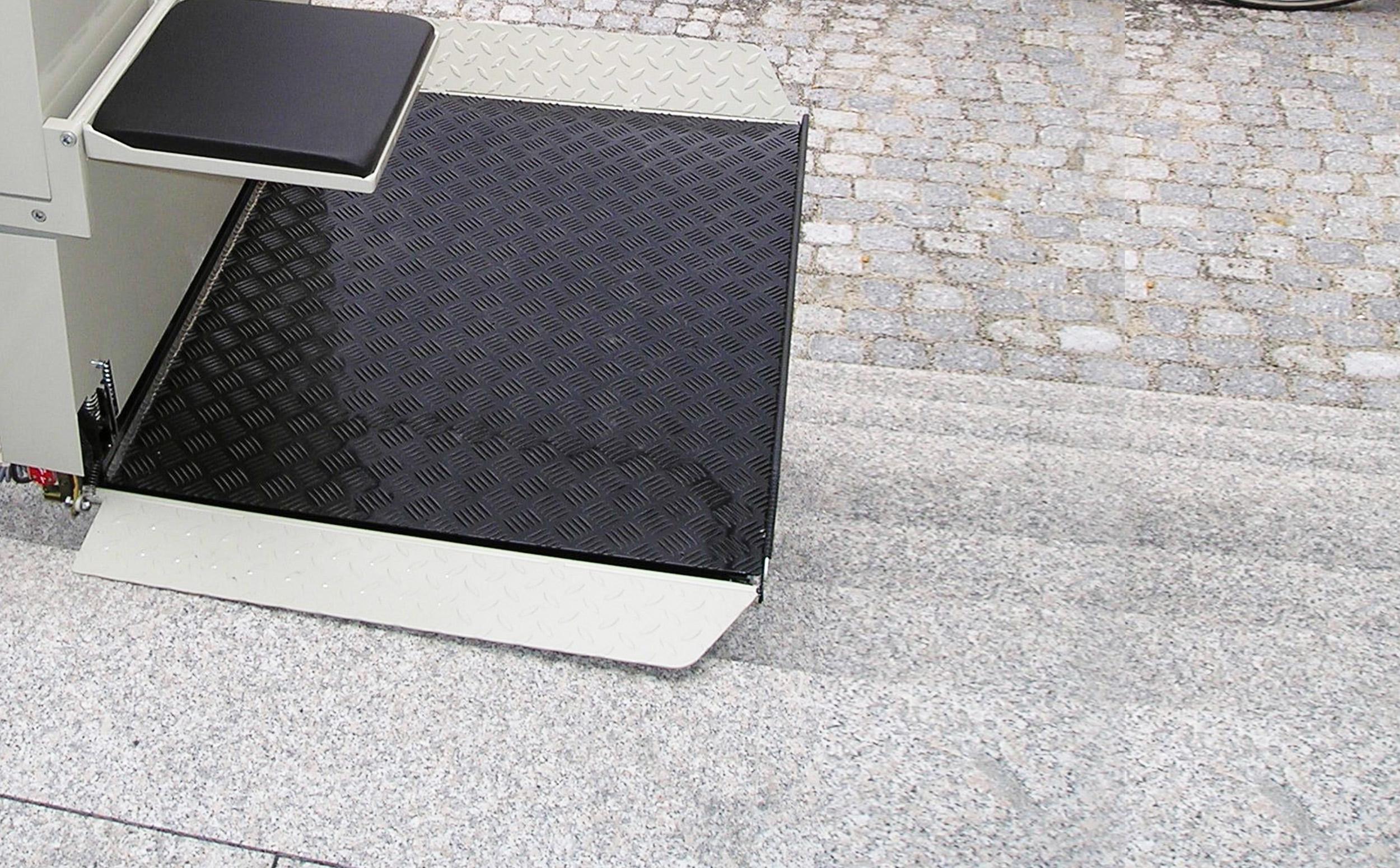 Plattformlift mit Sitzfläche ausgeklappt