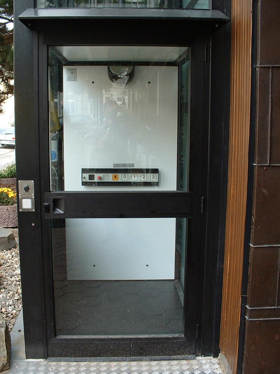 Einblick in Aufzugkabine eines Glasaufzugs