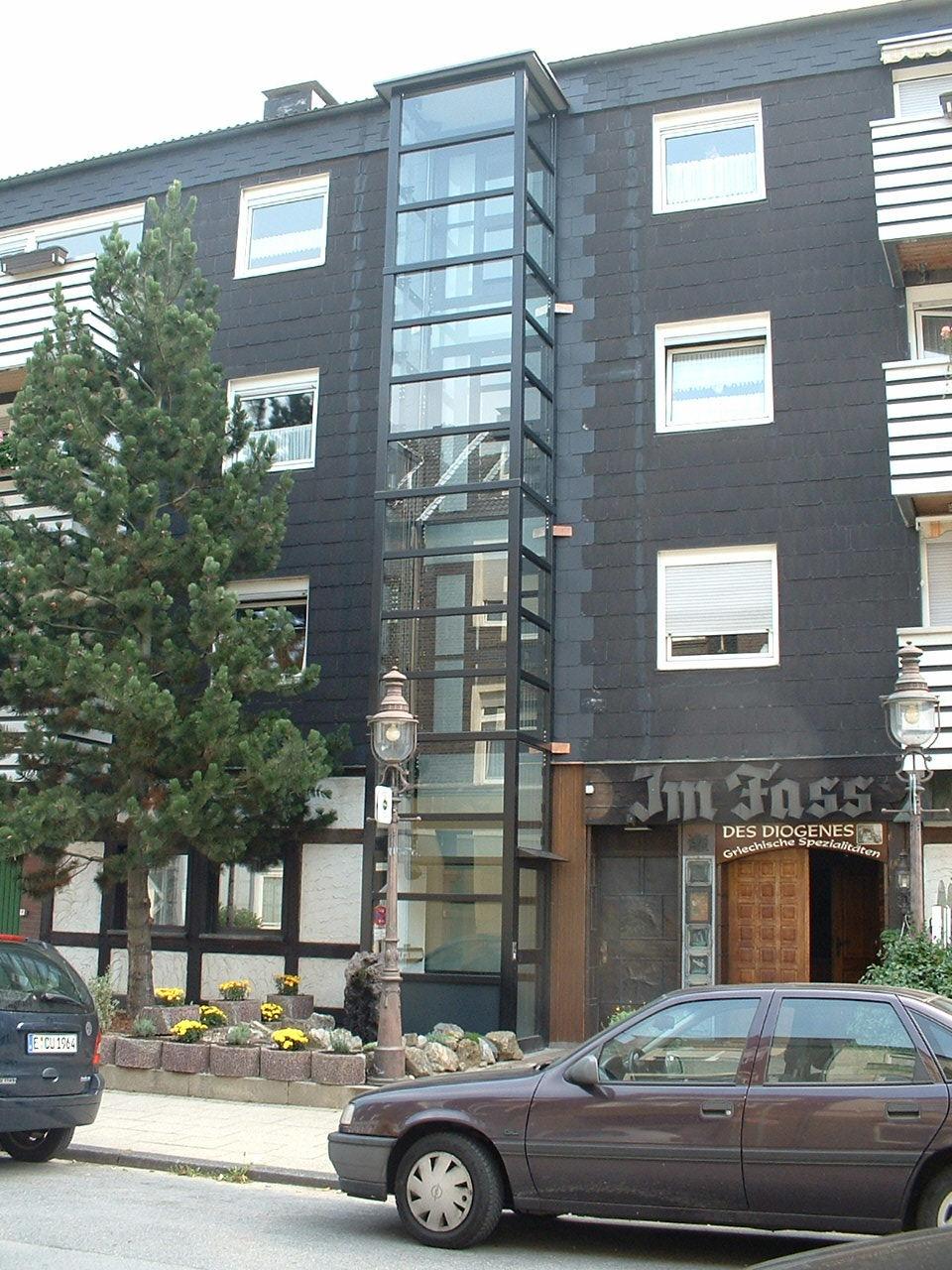 Aufzug schwarz und Glas außen an schwarzem Gebäude