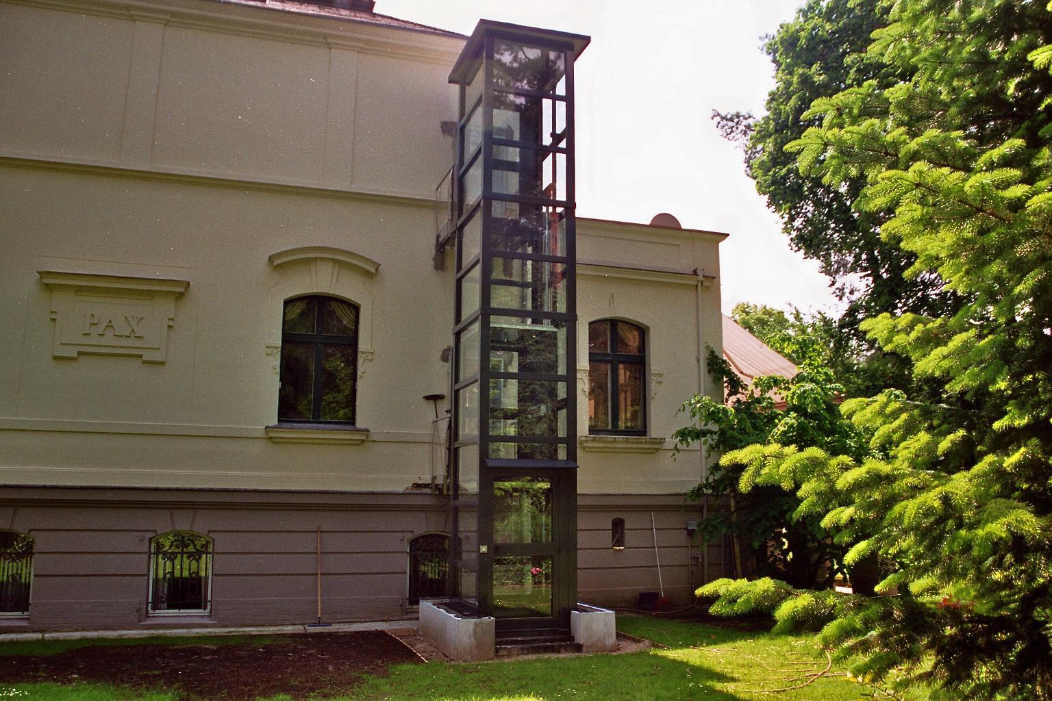 Außenaufzug aus Glas an der Gartenseite installiert