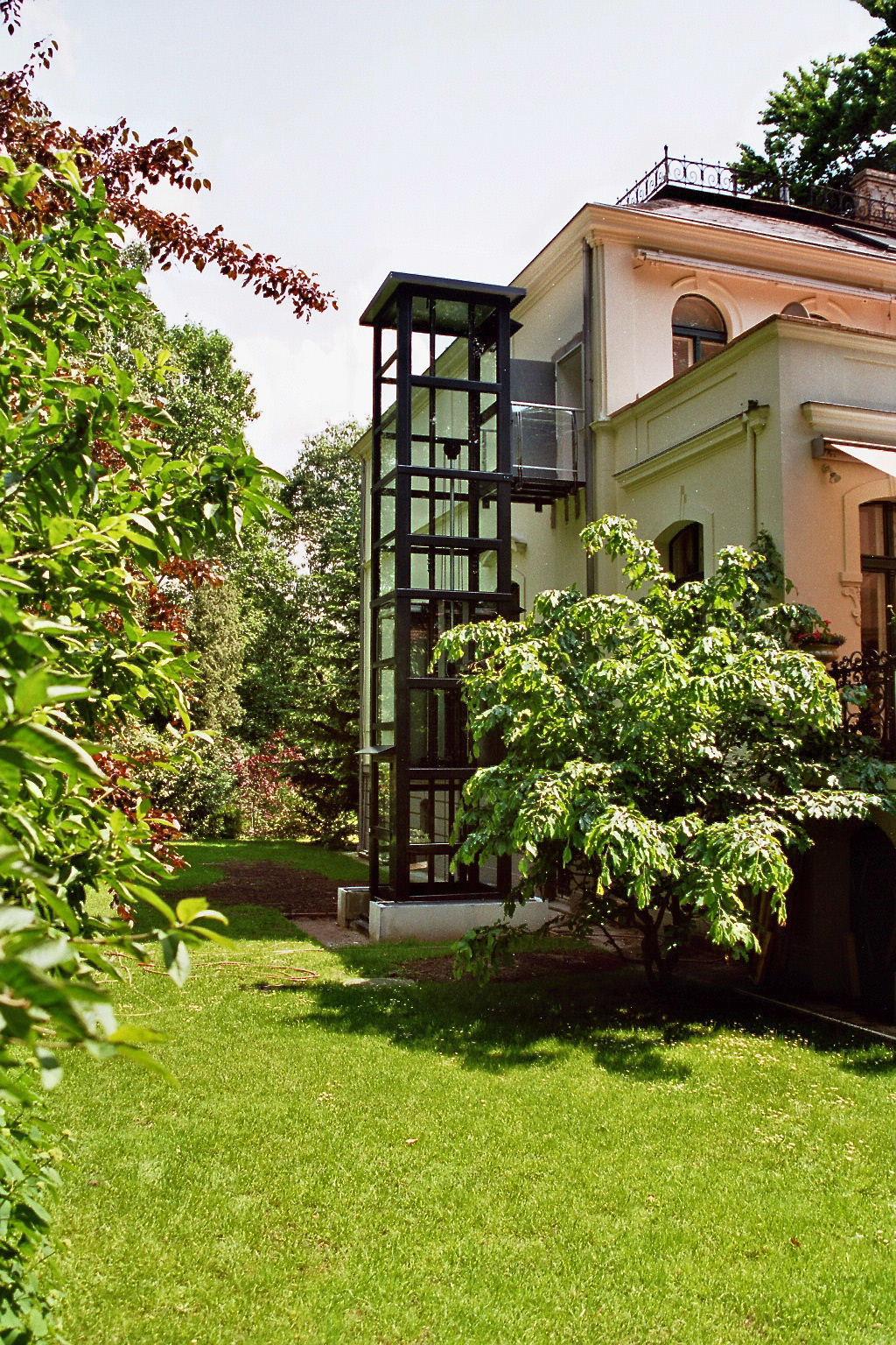 Hier wurde ein Außenaufzug aus Glas neben eine alte Villa gebaut