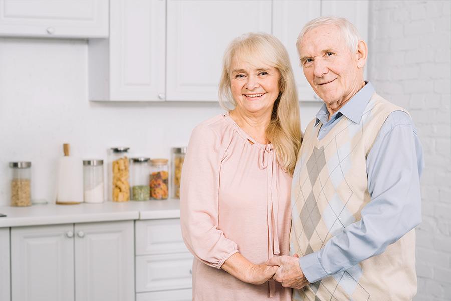 Glückliches älteres Paar im Eigenheim